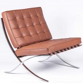 Inspiração da cadeira Barcelona em couro conhaque.