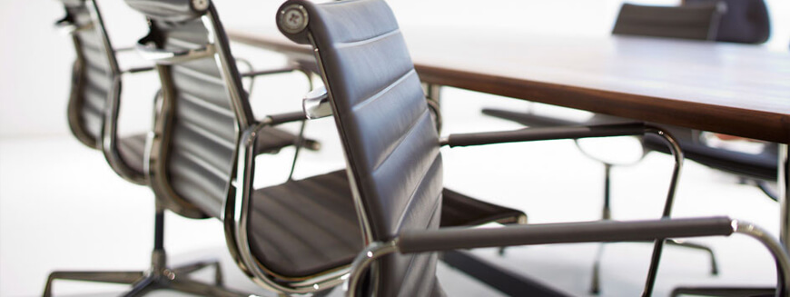 Réplicas de sillas de oficina de piel como las famosas sillas de oficina Eames.