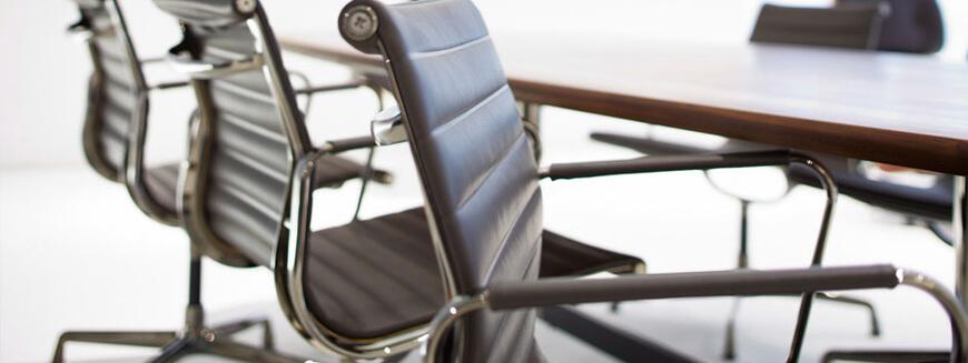 Repliken von Leder-Bürostühlen wie die berühmten Eames-Bürostühle.