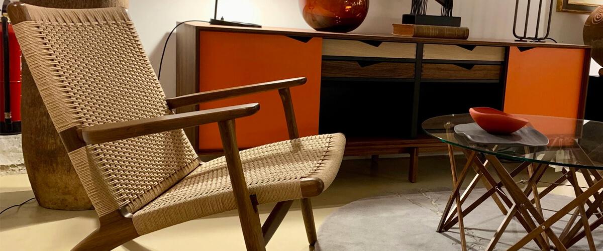 Poltrona Replica Lounge CH25 in legno di noce del famoso designer Hans J. Wegner