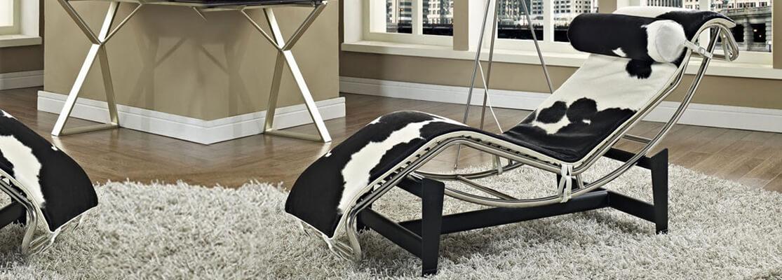 Réplica del Chaise Lounge LC4 en piel de pony del aclamado diseñador Le Corbusier